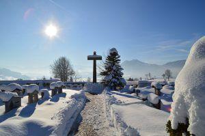 Zaśnieżony cmentarz